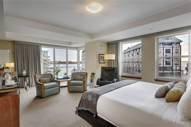 Premier Waterview Jr. King Suite