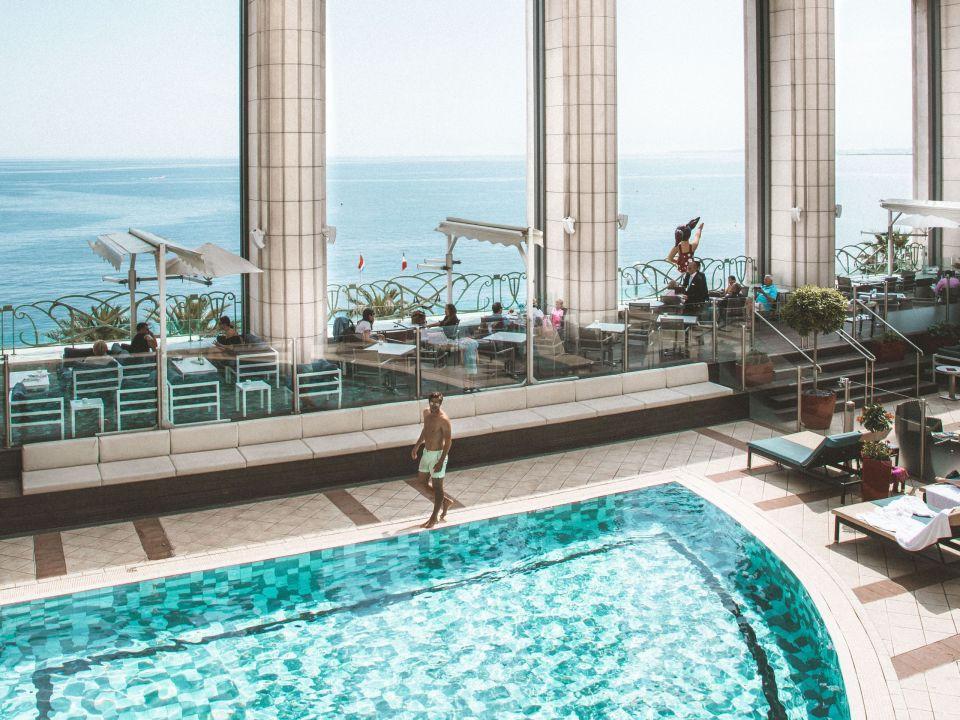 Hyatt-Regency-Nice-P386-Lifestyle-Pool-View-Man.