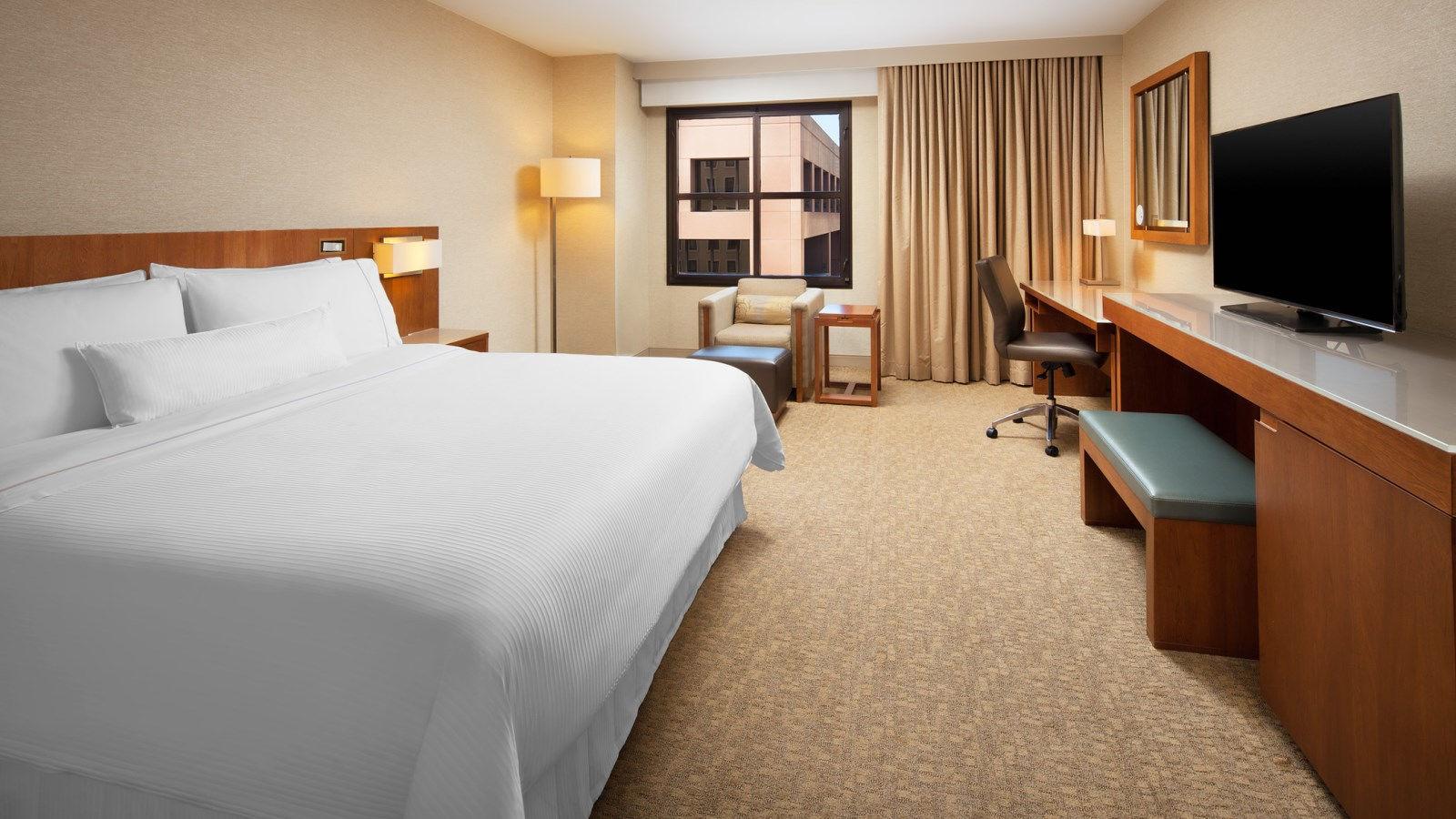 deluxe-king-guestroom