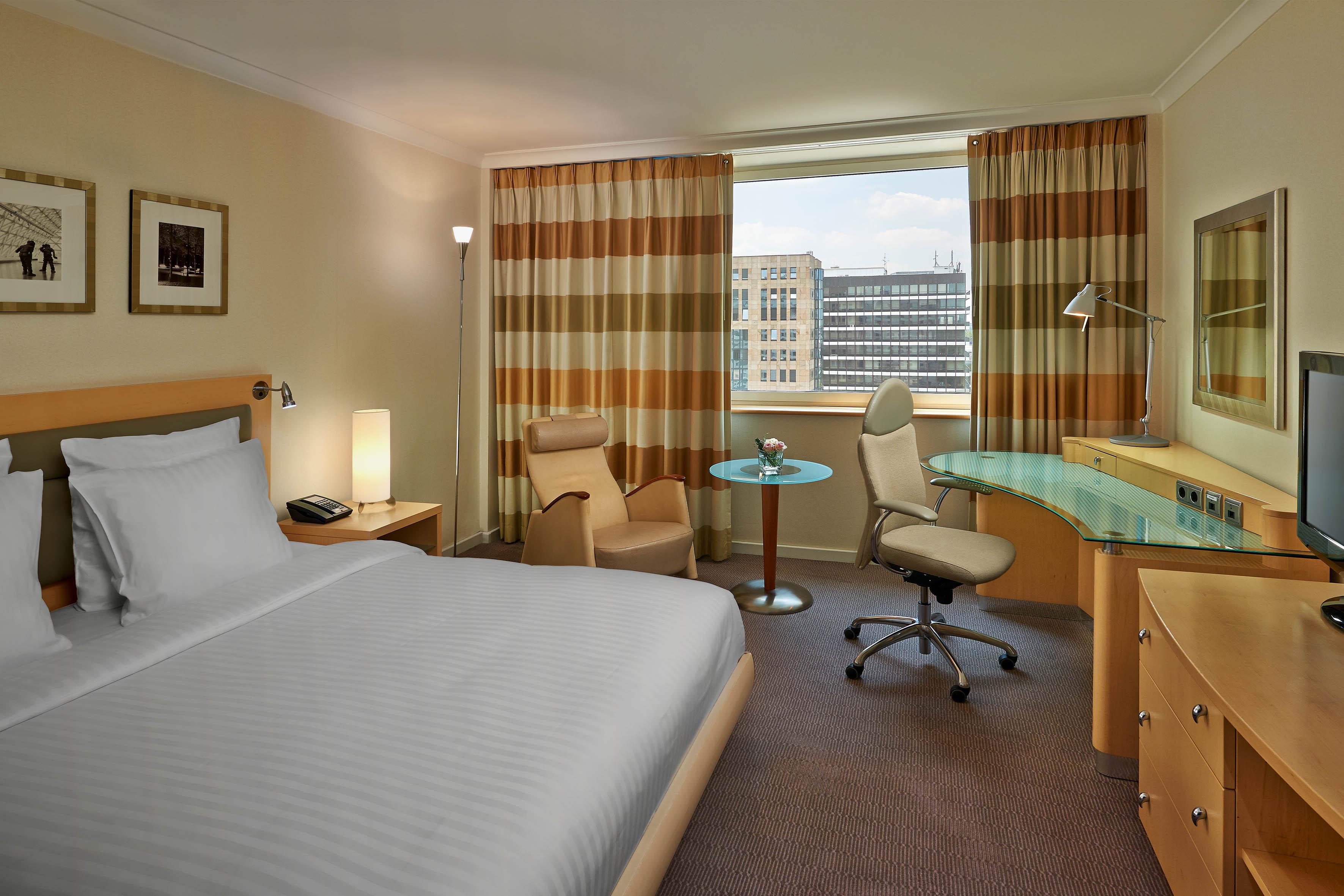King Hilton Guestroom_2014 QT
