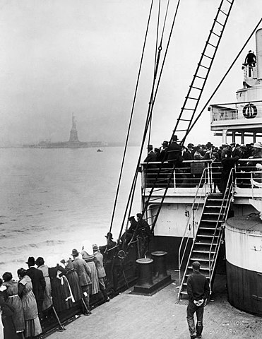 371px-Immigrants_Approaching_Statue_of_Liberty