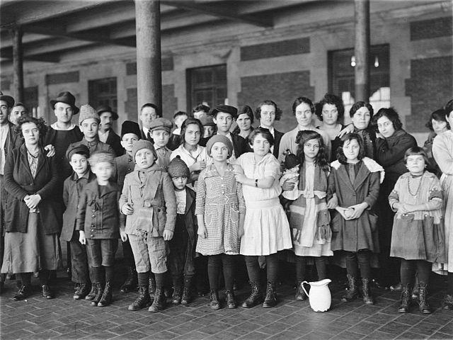 640px-Immigrant-children-ellis-island