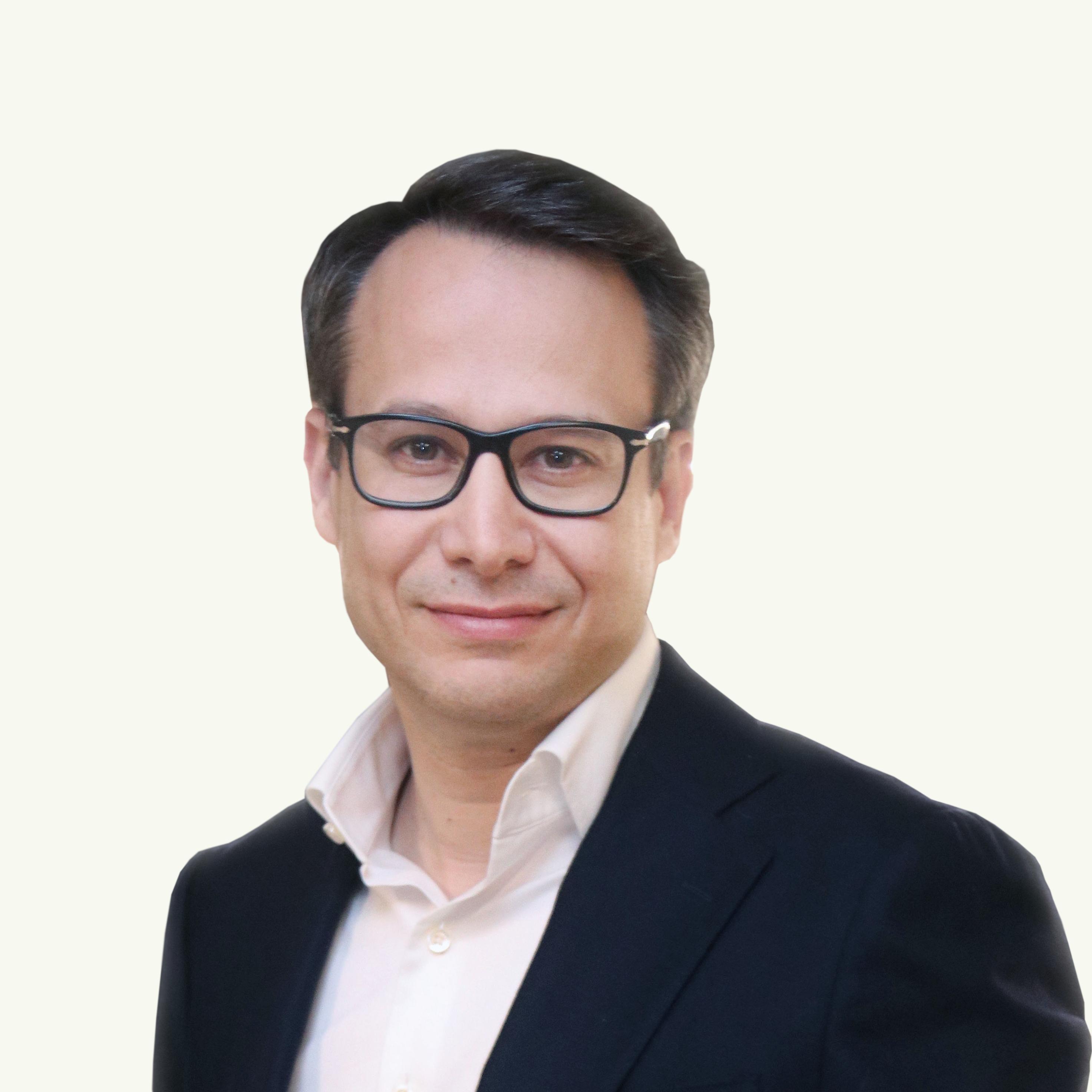 Adrián Fondo blanco.png